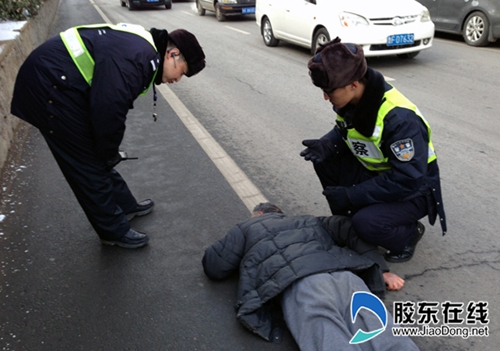 china-yantai-police-help-up-unconscious-old-man-falsely-accused-02