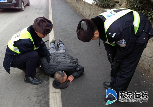 china-yantai-police-help-up-unconscious-old-man-falsely-accused-03