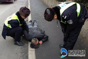 Chinese traffic police in Yantai, Shandong help up an unconscious old man on the side of the road, only to be immediately accused of being responsible for knocking him down in the first place.