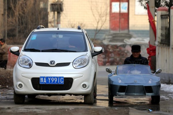 chinese-grandfather-builds-homemade-lamborghini-electric-car-to-take-grandson-to-school-03