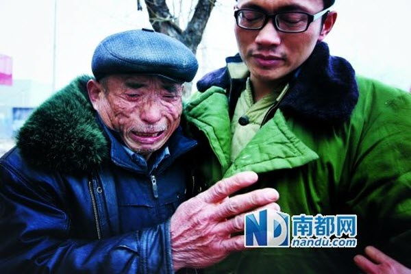 Father Yang Weihua in tears holding a Yang Botao after leaving the detention facility. Photo: CFP