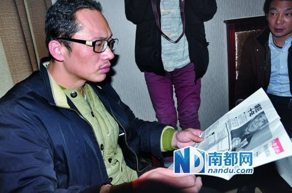 After 10 years of excessive detention, Yang Botao's hair has already started becoming thin and there are already white hairs, while his glasses also have a broken temple.