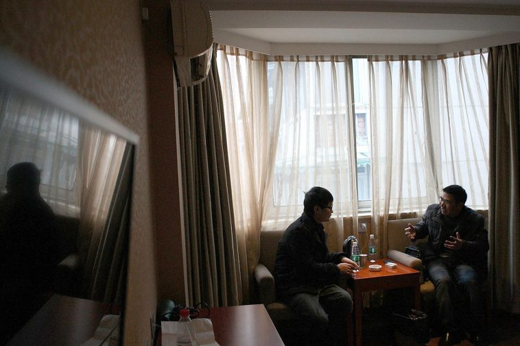 Liu Ning being interviewed by the Chengdu Business Daily journalist.