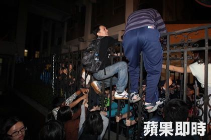 Students climbed over the fence of the Legislative Yuan, crashing the assembly hall.