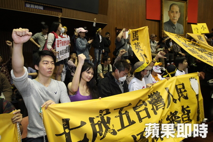Students breach and occupy the assembly hall.