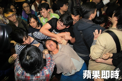 Students and security push, shove, and quarrel with each other; one student caught in between sustained injuries. (Zhao Yuanbin, Zhang Liangyi, Hang Dapeng / reporting from Taipei)