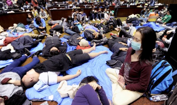 taiwanese-students-occupy-legislative-yuan-protest-cross-strait-service-trade-pact-e