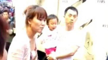 Mainland parents fight with Hong Kong locals over their 2-year-old daughter peeing on the street in public.
