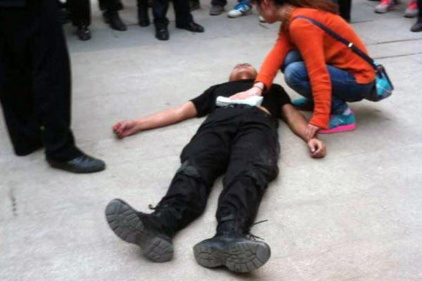 Sichuan police officer stabbed for stopping queue cuting.