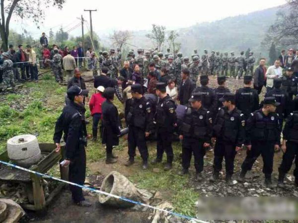 sichuan-gulin-villagers-clash-with-police-over-old-tree-06