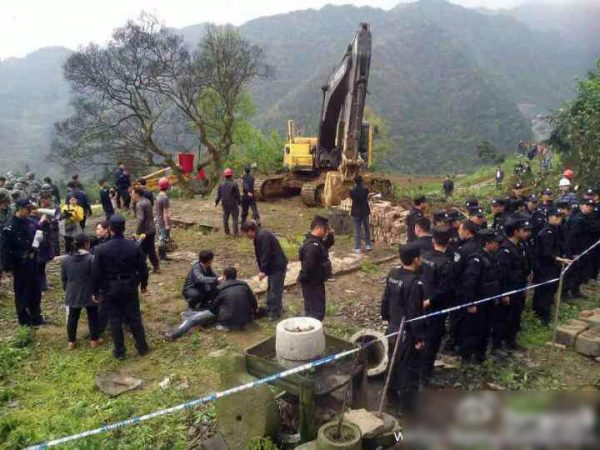 sichuan-gulin-villagers-clash-with-police-over-old-tree-08
