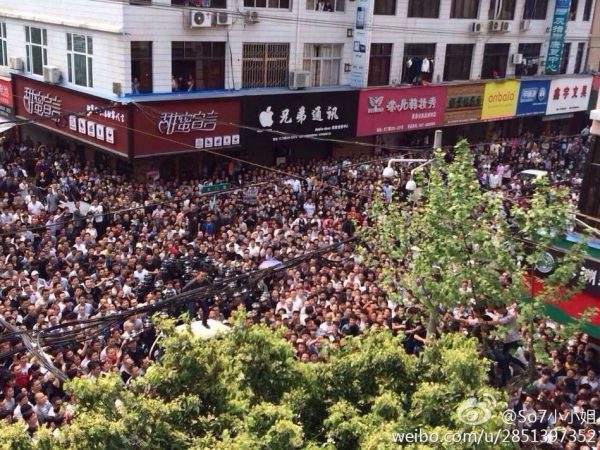 A mass incident in Cangnan, Zhejiang surrounding chengguan who were beaten bloody after beating a passerby for photographing them.