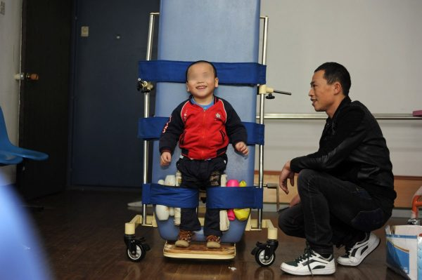 china-twins-cerebral-palsy-parents-08