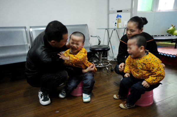 china-twins-cerebral-palsy-parents-12
