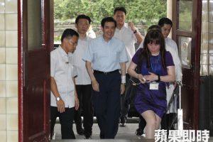 Ma Yingjeou leaves hospital. Photo courtesy of Apple Daily.