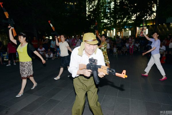 beijing-chinese-aunties-fight-imperial-japanese-devils-toy-guns-street-performance-03