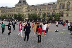 "Chinese ""aunties"" (older middle-aged women) ""plaza dancing"" at Moscow's Red Quare."