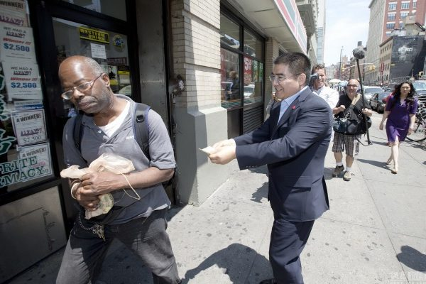 chinese-billionaire-philanthropist-chen-guangbiao-hands-out-100-dollar-bills-to-poor-in-new-york-02