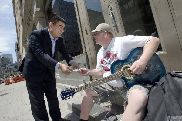 chinese-billionaire-philanthropist-chen-guangbiao-hands-out-100-dollar-bills-to-poor-in-new-york-07