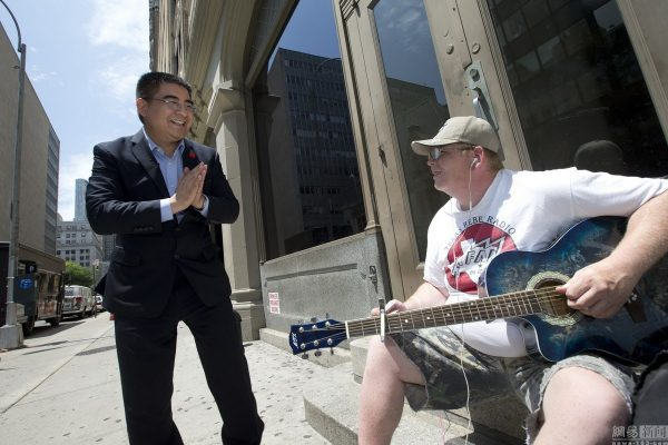 chinese-billionaire-philanthropist-chen-guangbiao-hands-out-100-dollar-bills-to-poor-in-new-york-08
