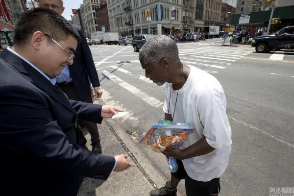 chinese-billionaire-philanthropist-chen-guangbiao-hands-out-100-dollar-bills-to-poor-in-new-york-11