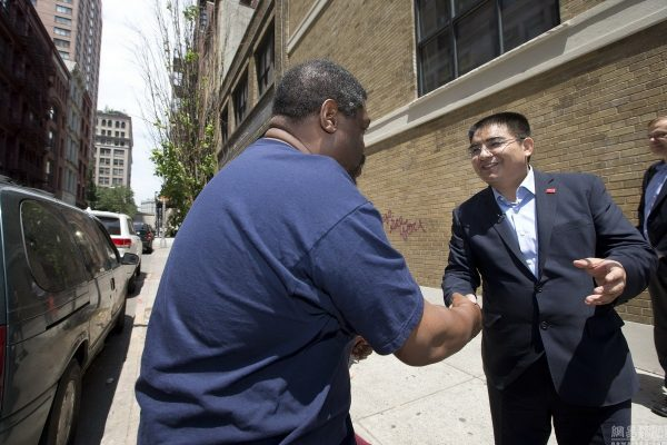 chinese-billionaire-philanthropist-chen-guangbiao-hands-out-100-dollar-bills-to-poor-in-new-york-13