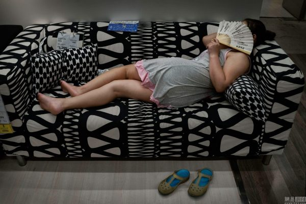 sleeping-chinese-at-ikea-beijing-china-02