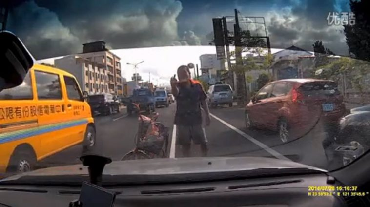 Video of a female driver in Taiwan who encounters someone allegedly trying to scam her, claiming she hit him.