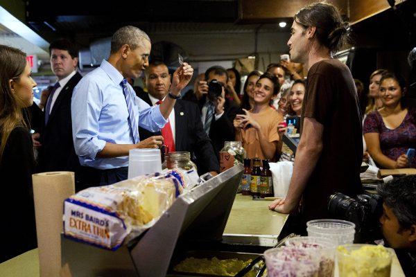 us-president-obama-austin-texas-franklin-barbecue-cut-in-line-01