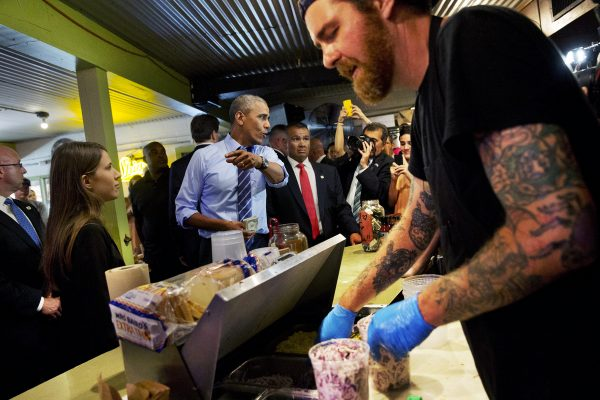us-president-obama-austin-texas-franklin-barbecue-cut-in-line-03