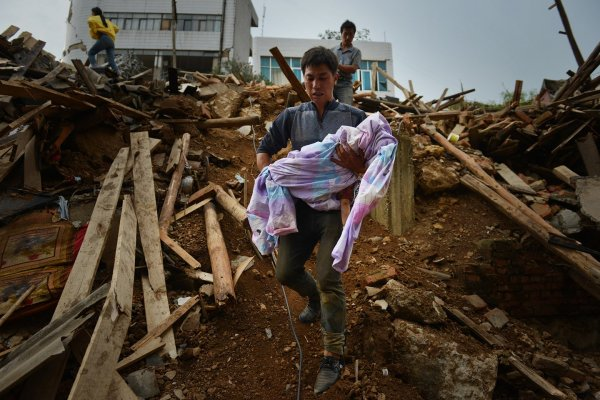 china-yunnan-zhaotong-ludian-earthquake-parents-dig-out-son-from-rubble-02