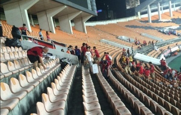 chinese-guangzhou-evergrande-football-fans-clean-up-after-themselves-litter-garbage-05