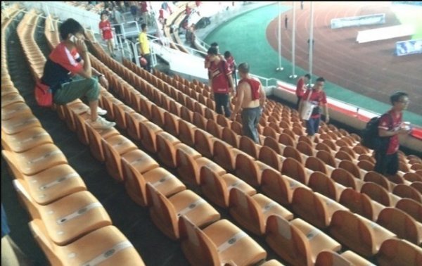 chinese-guangzhou-evergrande-football-fans-clean-up-after-themselves-litter-garbage-07