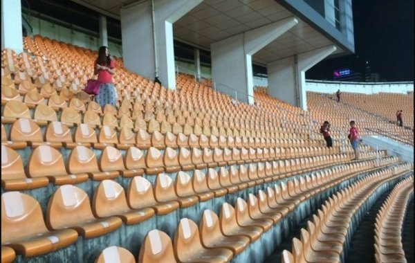 chinese-guangzhou-evergrande-football-fans-clean-up-after-themselves-litter-garbage-09
