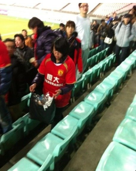 chinese-guangzhou-evergrande-football-fans-clean-up-after-themselves-litter-garbage-11