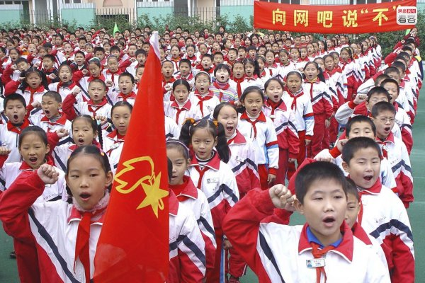 Chinese schoolchildren participating in an anti-internet bar school activity.