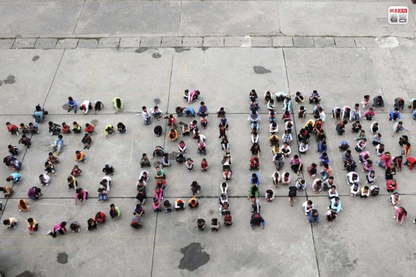 "Chinese schoolchildren form the Chinese characters for ""stay away from internet bars""."