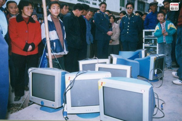 A crowd of Chinese people at the bust of an illegally operated internet bar.