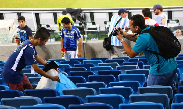japanese-football-fans-clean-up-after-themselves-litter-garbage-brazil-world-cup-01