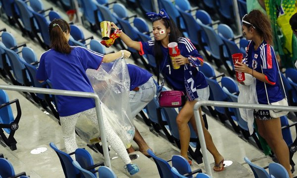 japanese-football-fans-clean-up-after-themselves-litter-garbage-brazil-world-cup-02