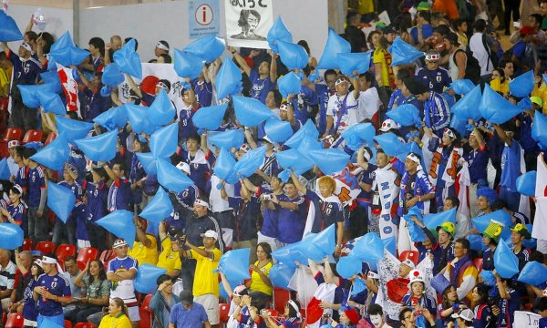 japanese-football-fans-clean-up-after-themselves-litter-garbage-brazil-world-cup-04