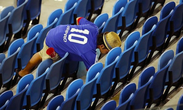 japanese-football-fans-clean-up-after-themselves-litter-garbage-brazil-world-cup-06