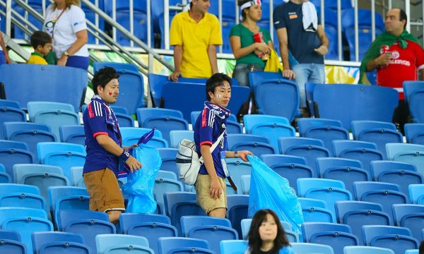 japanese-football-fans-clean-up-after-themselves-litter-garbage-brazil-world-cup-09
