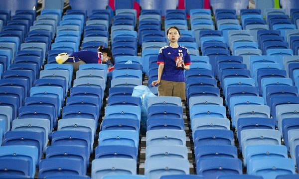 japanese-football-fans-clean-up-after-themselves-litter-garbage-brazil-world-cup-10