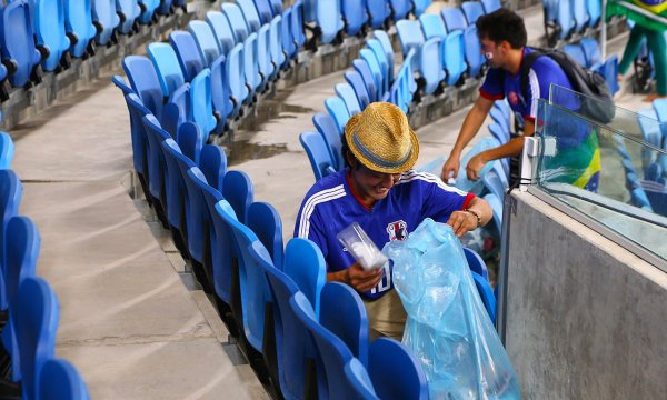 japanese-football-fans-clean-up-after-themselves-litter-garbage-brazil-world-cup-11
