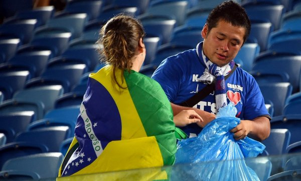 japanese-football-fans-clean-up-after-themselves-litter-garbage-brazil-world-cup-12