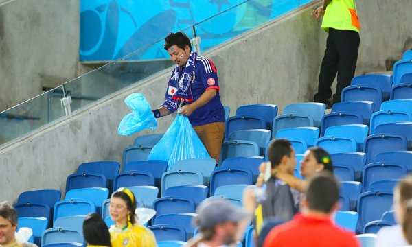 japanese-football-fans-clean-up-after-themselves-litter-garbage-brazil-world-cup-13