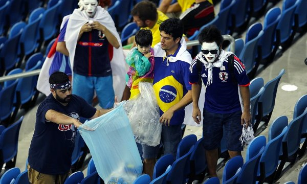 japanese-football-fans-clean-up-after-themselves-litter-garbage-brazil-world-cup-14