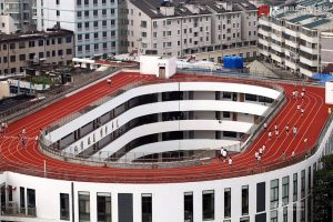An oval running track cleverly designed and built onto the roof of a school in China.