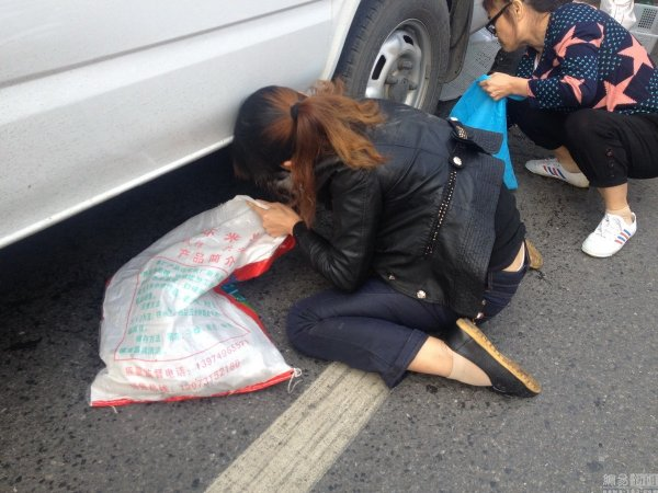 china-changsha-crabs-alligator-spilled-in-traffic-accident-looted-by-chinese-passerbys-10